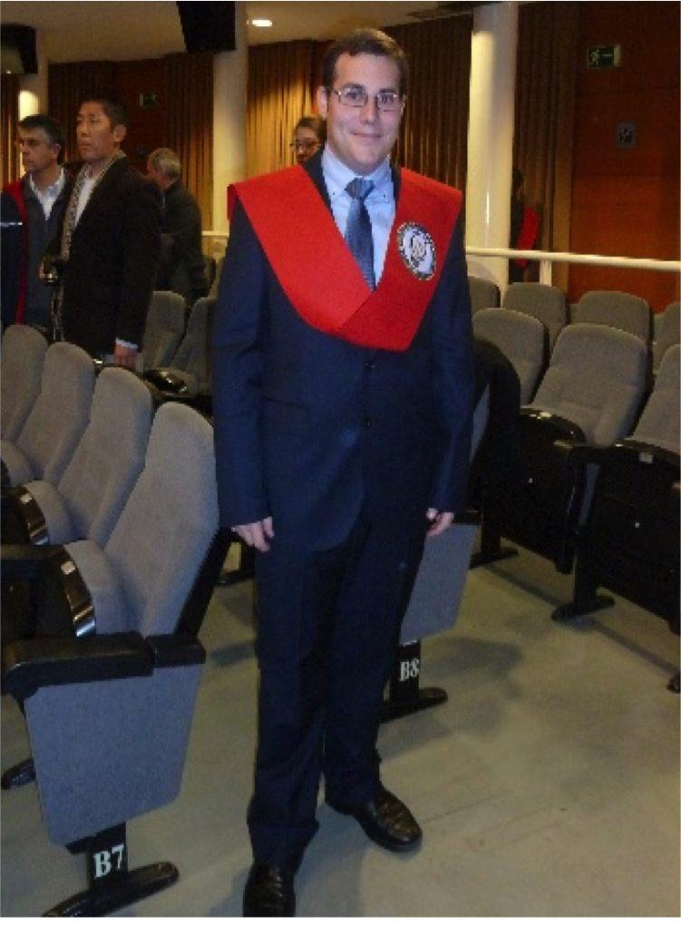 Enrique en su graduación vistiéndo su beca